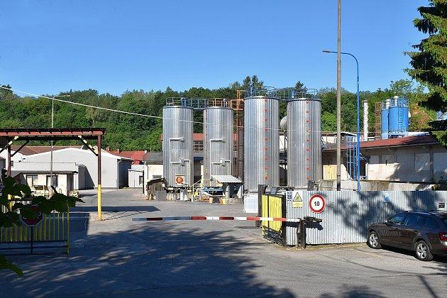 Obyvatelům Svobody nad Úpou, především obytné části Sluneční stráň, vadí nadměrný zápach a hluk, vycházející zfirmy na výrobu asfaltových pásů.
