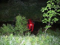 Nezvládl řízení a skončil s autem v Úpě.