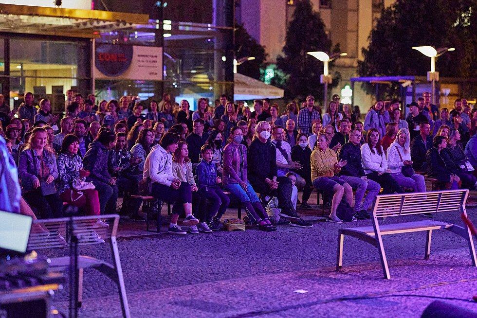Thula Moon Martin, akrobatka z Havaje, při vystoupení na festivalu Cirk-UFF v Trutnově.