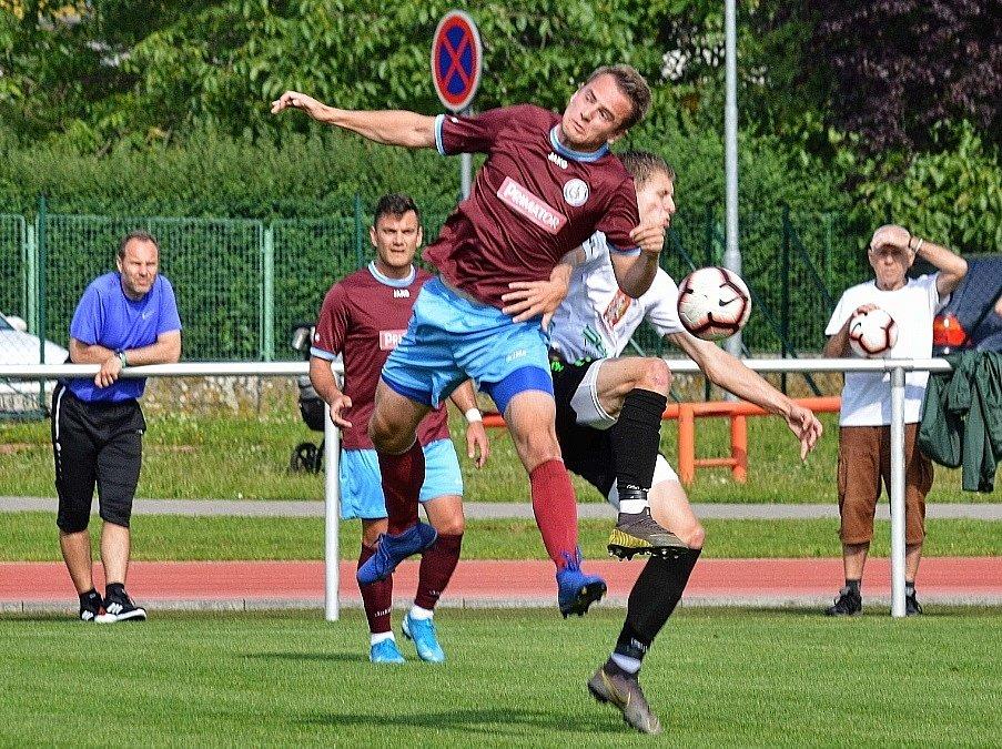 NA BAVLNĚ se hrál nedělní zápas hradecké rezervy (v černobílém) s Náchodem, který jasně ovládl domácí celek (7:2).