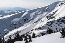 V Kotelních jamách v Krkonoších sjela 21. března 2019 odpoledne lavina. Nikoho nezavalila a s největší pravděpodobností ji nikdo neodřízl, sjela vlivem slunečného počasí.