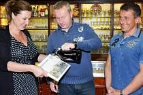 KŘEST KNIHY Příběh Luční boudy se uskutečnil pivem Paroháč. Spolu s majitelkou hotelu Klárou Sovovou    se úkolu ujal ministr životního prostředí Richard Brabec.