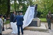 Z instalace repliky schwantnerovy sochy Tanec smrti v městském parku v Trutnově. Zdroj: http://krkonossky.denik.cz/zpravy_region/tanec-smrti-je-v-trutnovskem-parku-20170909.html