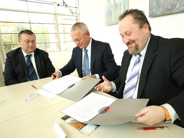ŘEDITEL společenského centra Uffo Libor Kasík (vpravo) a Rudolf Kasper podepsali včera za přítomnosti starosty Ivana Adamce smlouvu o generálním partnerství.