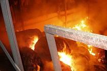 Oheň ve Voletinách zničil sklad sena