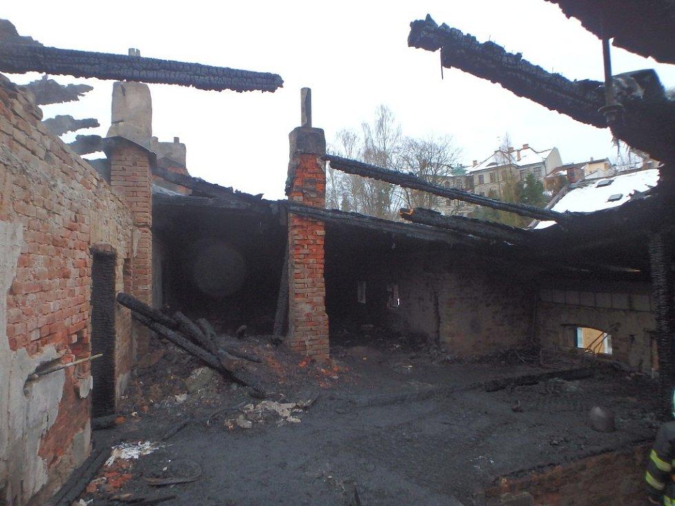 Noční požár v Úpici evakuoval 24 lidí. Škoda je milion korun.