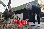 Celou neděli desítky lidí zapalovaly svíčky u chalupy Václava Havla na Hrádečku ve Vlčicích.