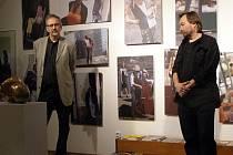 Fotografie a obrazy Jana a Aleny Lipinských návštěvníky galerie La Famme přenesou na různá místa Francie.