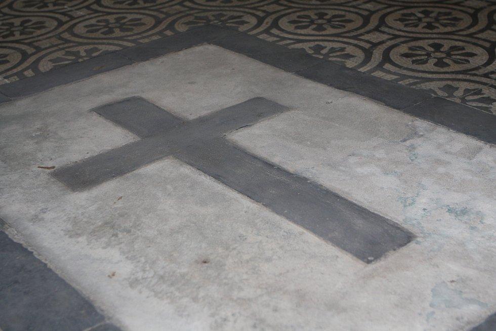 Ředitel muzea v Hostinném Tomáš Anděl ukazuje jedno z míst klášterního kostela, pod kterém se ukrývají historické hrobky.