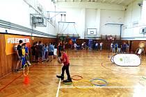 MÍSTO UČENÍ BASKETBAL. Žáci třemešenské základní školy dostali odměnu za úspěch v soutěži, která do jejich tělocvičny přivedla osobnosti sportu, který se hraje pod bezednými koši.