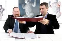 PŘÍMO V GALERII UFFO podepsal ředitel společenského centra Libor Kasík (vlevo) a Jiří Grund smlouvu o poskytnutí daru 100 tisíc korun na výstavní činnost v roce 2013.