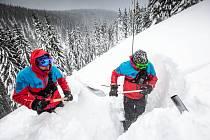 Horská služba  provádí test stability sněhové pokrývky.