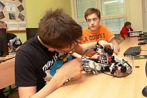 S roboty může být škola hrou
