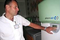 MOBILNÍ JEDNOTKU, která dekontaminuje vzduch, uvedli včera do provozu na operačních sálech  nemocnice  ve Vrchlabí. Na snímku přístroj ukazuje primář chirurgie David Havel.