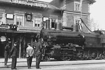 Lokální železniční trať Martinice v Krkonoších - Rokytnice nad Jizerou slaví 120 let. Na historickém snímku je martinické nádraží hned po první světové válce.