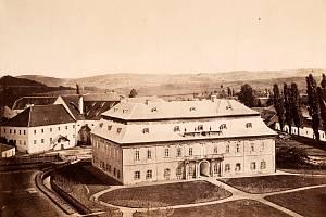 Nejstarší fotografie vlčického zámku s pivovarem z roku 1872 je dnes uložená v Ústavu dějin umění v Praze.