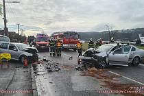 Čelní srážka dvou aut ve Rtyni v Podkrkonoší skončila zraněním dvou osob. Zablokovala provoz na silnici od Červeného Kostelce.