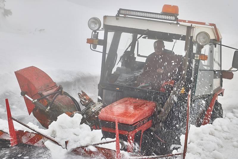 Sněžná fréza se ve čtvrtek prokousávala vydatnými sněhovými bariérami na Zlatém návrší v Krkonoších. Pořádný kus práce měla také u mohyly Hanče a Vrbaty.