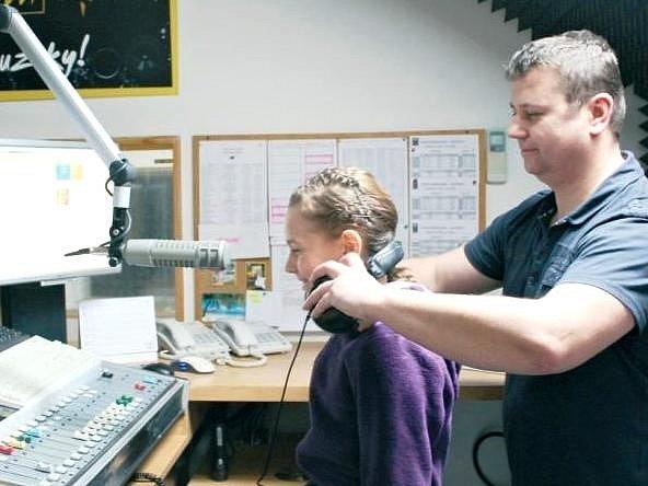 ÚČASTNÍCI moderátorské dílny navštívili vysílání Rádia Černá hora, kde je přivítal moderátor Václav Mašinda.