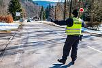 Policejní kontroly v Herlíkovicích na silnici mezi Vrchlabím a Špindlerovým Mlýnem