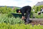 Bylinková zahrada v Kuksu je rozdělena do 16 pravidelných čtverců. Čtyři z nich jsou zatravněné, ve zbylých se na 144 záhonech pěstují bylinky, zelenina i květiny. Areál doplňují ovocné stromy nebo keře. Lidé se tu seznamují i s nevšední mišpulí či kdoulí