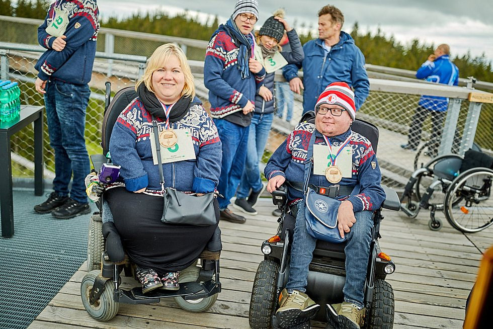Na Stezce korunami stromů Krkonoše v Janských Lázních se poprvé uskutečnil charitativní závod běžců s vozíčkáři.