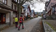 Turisté procházejí 22. října 2020 prázdným centrem Špindlerova Mlýna během nouzového stavu.