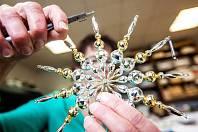 Výroba perličkových vánočních ozdob v Poniklé je unikátní na celém světě. Při rozhodování o zápis do světového seznamu UNESCO se objevila v konkurenci francouzské výroby parfému či jamajského hudebního stylu reggae.