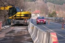 OPRAVY MOSTŮ na hlavní silnici směr Pec pod Sněžkou začaly již vloni, nejprve za provozu, pak s úplnou uzavírkou. Stejné je to i letos.