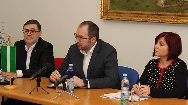 Královédvorský starosta Jan Jarolím (uprostřed) hovoří o další strategii v kauze ČOV.