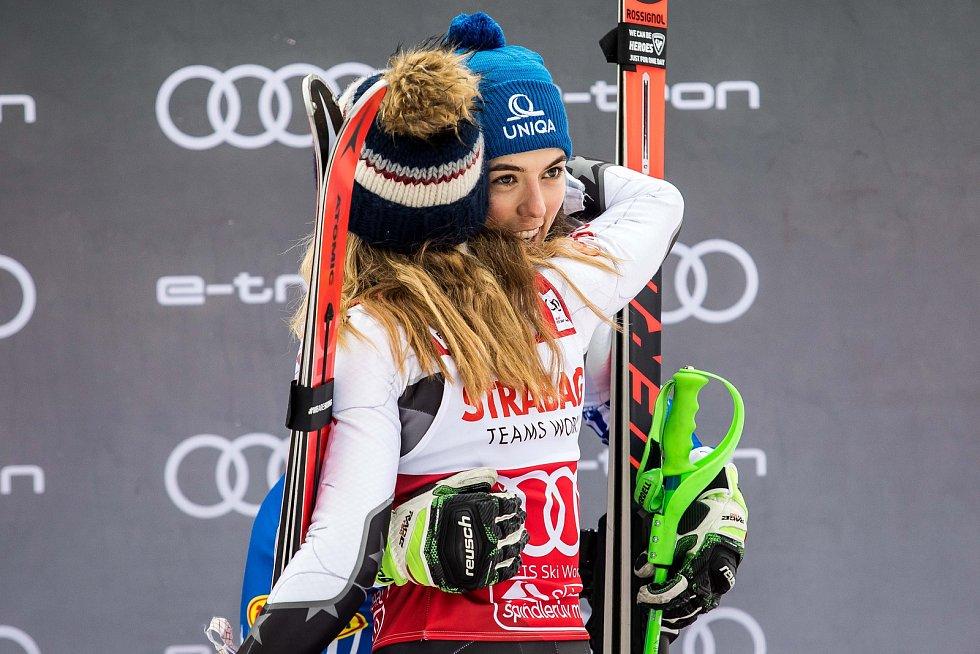 Vítězka Mikaela Shiffrin a Petra Vlhová. Světový pohár ve Špindlerově Mlýně (webfoto)Světový pohár ve Špindlerově Mlýně (webfoto)