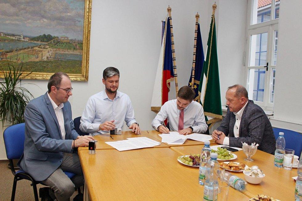 Potvrzeno! Čističku ve Dvoře Králové nad Labem kupují Městské vodovody a kanalizace. V pátek odpoledne se podepisovaly smlouvy.