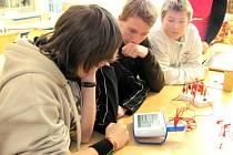ORANŽOVOU UČEBNU plně využívají například žáci Základní školy ve Špindlerově Mlýně. Pomáhá jim při výuce fyziky.