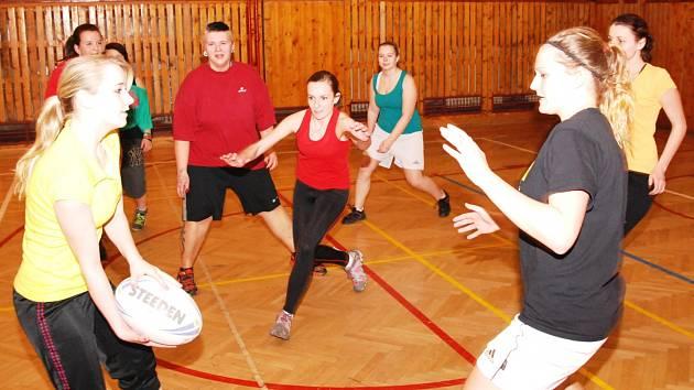 K ZIMNÍ PŘÍPRAVĚ patří také u ragbistů tréninky v hale, kde hráči a hráčky nabírají fyzickou kondici a vstřebávají taktiku.