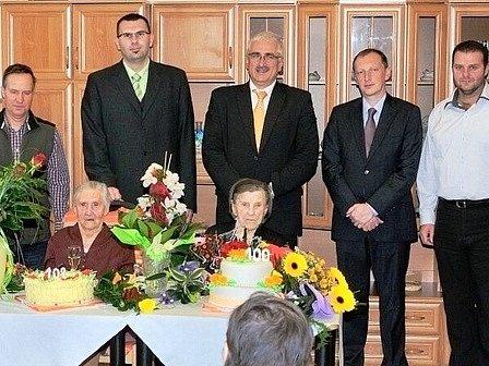Někdejší ředitel Barevných domků Hajnice Vít Petira (druhý zleva), vedle něj místní politici - Pavel Trpák a Robin Böhnisch z ČSSD a Zdeněk Ondráček z KSČM. Snímek je z roku 2013 a byl pořízen v Domově pro seniory v Pilníkově.