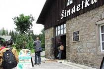 EXPOZICE Šindelka v Harrachově, která je jedním ze zastavení na Cestě řemeslných tradic, je umístěna v žulové historické budově téhož jména. Šindelová střešní krytina se zde vyráběla od počátku 19. století až do 30. let 20. století.