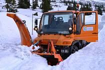 FRÉZOVÁNÍ SILNICE dává v těchto dnech zabrat zaměstnancům Služeb z Pece pod Sněžkou u Výrovky.