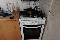 V bytě hořela kuchyň, jedna osoba se při tom zranila.