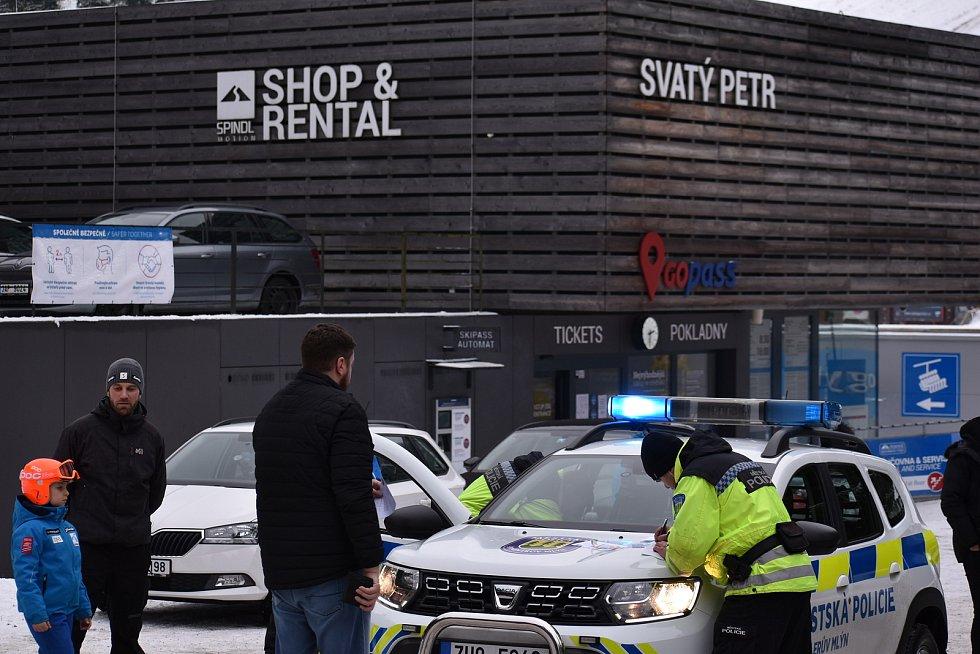 Špindlerovští strážníci řešili přestupky s parkováním v lyžařském areálu Svatý Petr.