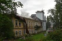 Barokní zámek v Horním Maršově po nedělním požáru.
