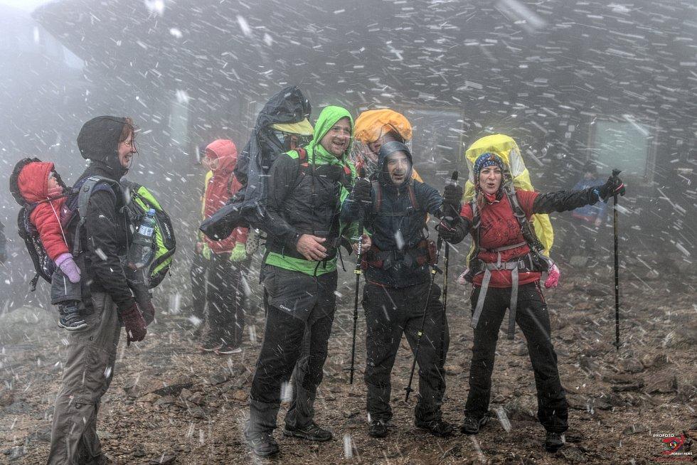 Sobotní charitativní výstup na Sněžku z Pece pod Sněžkou se letos konal pro trojčátka Amálku, Žofinku a Viktorku.