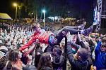 Rozdovádění fanoušci skáčou z pódia při festivalu Obscene Extreme v Trutnově.