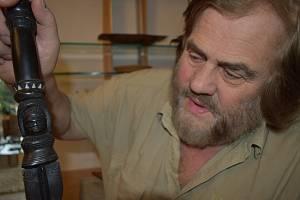 Leoš Šimánek s vyřezávanou holí z mahagonu, kterou mu věnoval jako osobní dar náčelník z Trobriandových ostrovů v Melanésii.