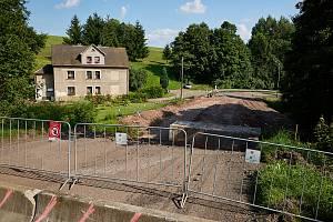 Rekonstrukci silnice ve Zlaté Olešnici zkomplikoval stav mostu. Stavbaři ho museli zbourat.