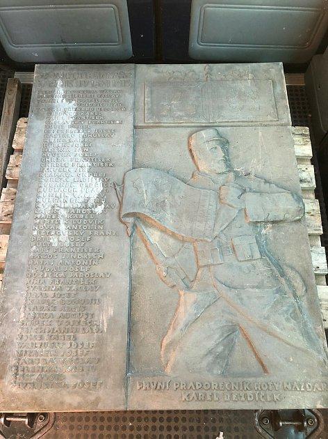 Při rekonstrukci jaroměřského muzea se podařilo objevit ve sklepě zapomenutou pamětní desku Roty Nazdar, která připomíná československé legionáře zprvní světové války.