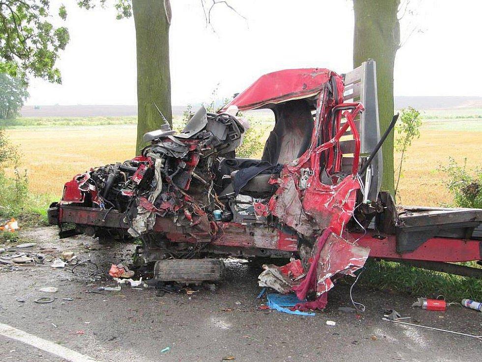 K vážné dopravní nehodě došlo v pondělí mezi Jaroměří a Velichovkami. Řidič dodávky vjel do protisměru a poté narazil do stromu. Náraz vozidlo odhodil o deset metrů dál, skončilo částečně v příkopě. Zraněného muže transportoval vrtulník do nemocnice.