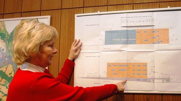 Kongresovému a kulturnímu centru v Trutnově dalo tvář AG studio. Součástí jsou i podzemní garáže. Na snímku ukazuje části stavby místostarostka Hana Horynová .