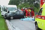 V pondělí došlo na hlavním tahu mezi Jičínem a Turnovem ke střetu osobního vozidla s dodávkou. Při nehodě utrpěli řidič a jeho spolujezdec zranění, kterým i přes oživovací pokusy na místě podlehli.  Řidič dodávky vyvázl bez zranění.