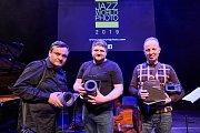 Mariusz Buczma, vítěz Jazz World Photo 2019. Vlevo od něj druhý Pablo Reyes z Chile, vpravo třetí Ukrajinec Oleg Panov.