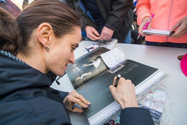 Martina Sáblíková a Nikola Zdráhalová při autogramiádě pro Domov svatého Josefa.